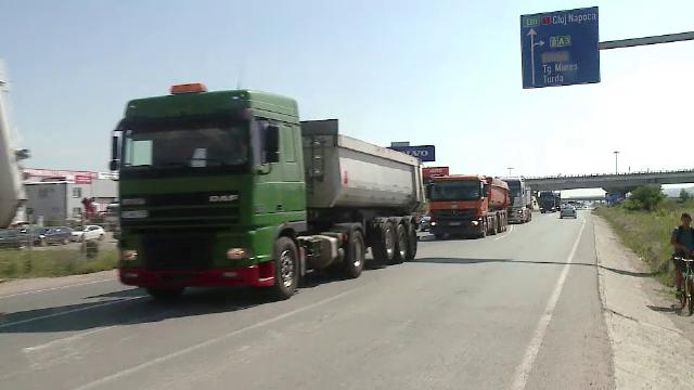 Zeci de transportatori au blocat drumul dintre Cluj si Oradea, in semn de protest. Soferii, nemultumiti de pretul politei RCA