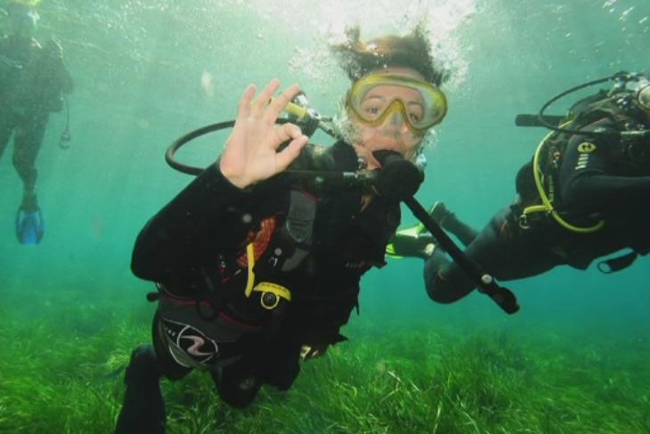 Tot mai multi turisti urmeaza cursurile de scufundare. Cat costa sa vezi calutii de mare de la Vama Veche