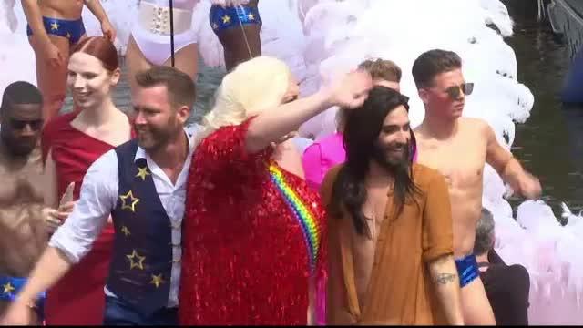 80 de barci pline cu gay au defilat prin Amsterdam. Intr-una din ambarcatiuni s-a aflat si Conchita Wurst