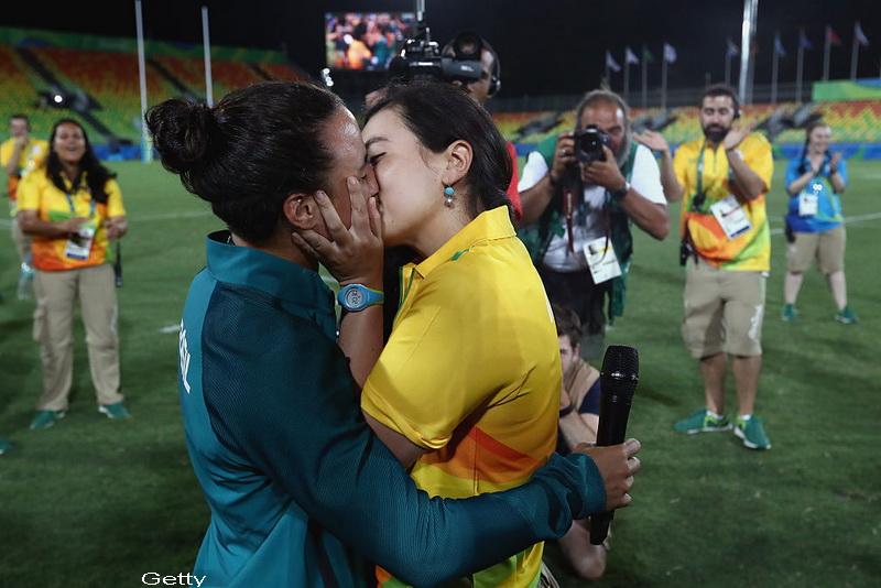 O jucatoare de rugby din Brazilia a fost ceruta in casatorie pe stadion de catre partenera. Scenele, surprinse de fotografi