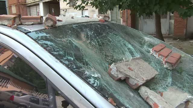Incident periculos in centrul orasului Targu Jiu. O bucata de tencuiala a cazut peste mai multe masini