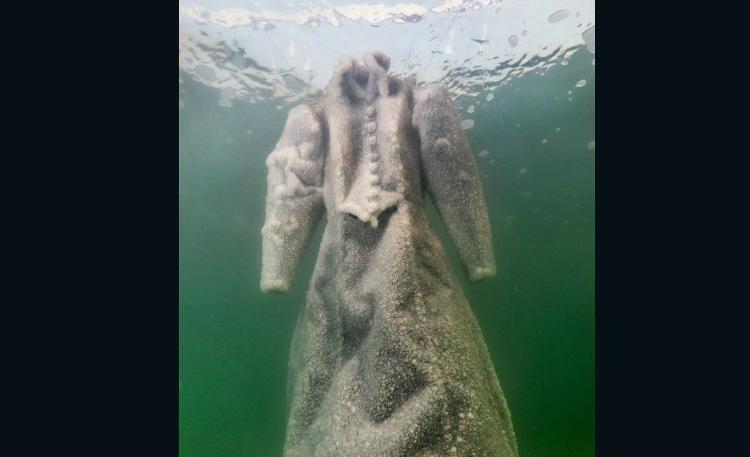 O rochie de mireasa, acoperita cu cristale din sare, a aparut la suprafata, din adancul Marii Moarte. Care este explicatia