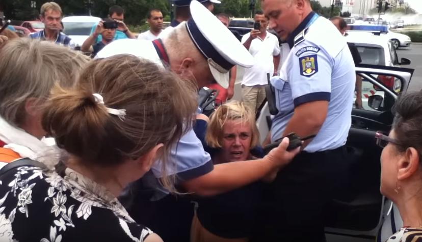 Politistii au incatusat o femeie care a traversat neregulamentar in Capitala. Imaginile surprinse de un trecator: VIDEO