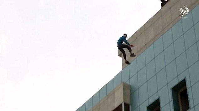 Executie ISIS in fata unor copii. Motivul pentru care acest baiat a fost aruncat de pe acoperisul blocului. VIDEO
