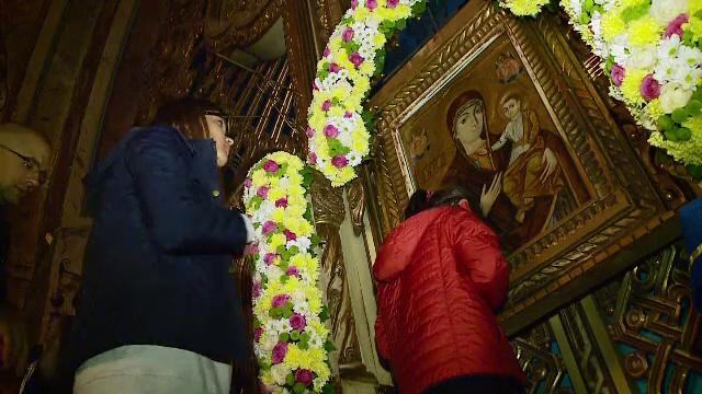 Coada uriasa la Icoana Maicii Domnului de la manastirea Nicula. Oamenii au infruntat frigul noptii si caldura zilei