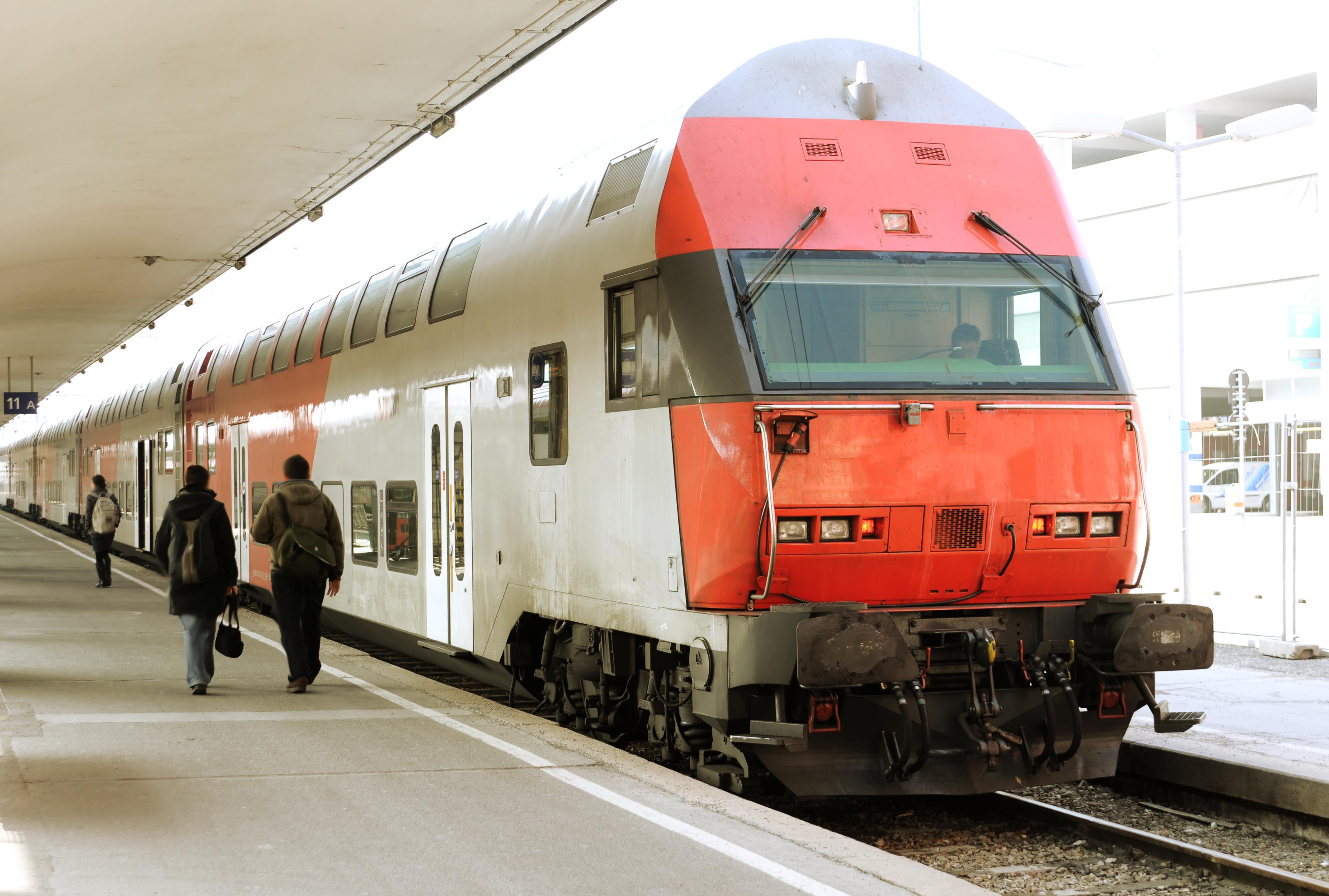 Un barbat inarmat cu un cutit a ranit doua persoane, intr-un tren din Austria. Primele imagini cu suspectul
