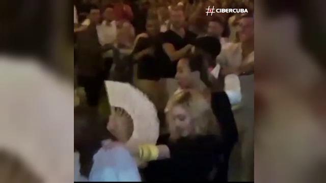 Madonna a sarbatorit implinirea a 58 de ani dansand pe mese in Cuba. Fanii au fost in extaz: