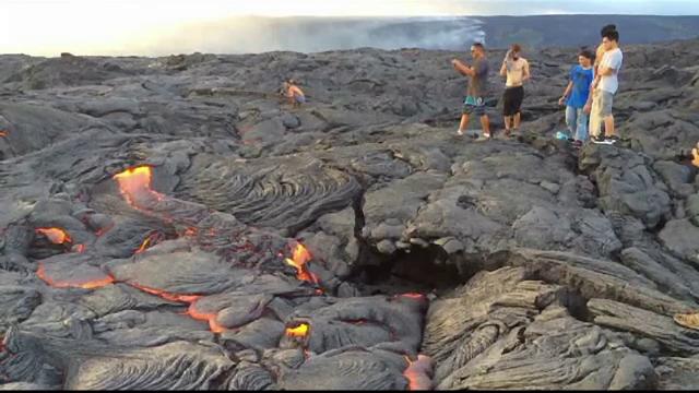 Zeci de turisti s-au apropiat de lava vulcanului care a erupt in Hawaii. Ce au observat cand au pasit pe rocile vulcanice