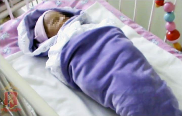 O batrana a gasit un bebelus abandonat in spatele blocului. Biletul prins de patura micutului a ingrozit-o pe femeie