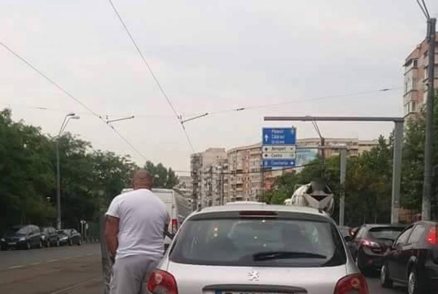 Imagine uluitoare surprinsa in traficul din Bucuresti. Ce a facut un sofer prins in ambuteiaj pe Soseaua Mihai Bravu