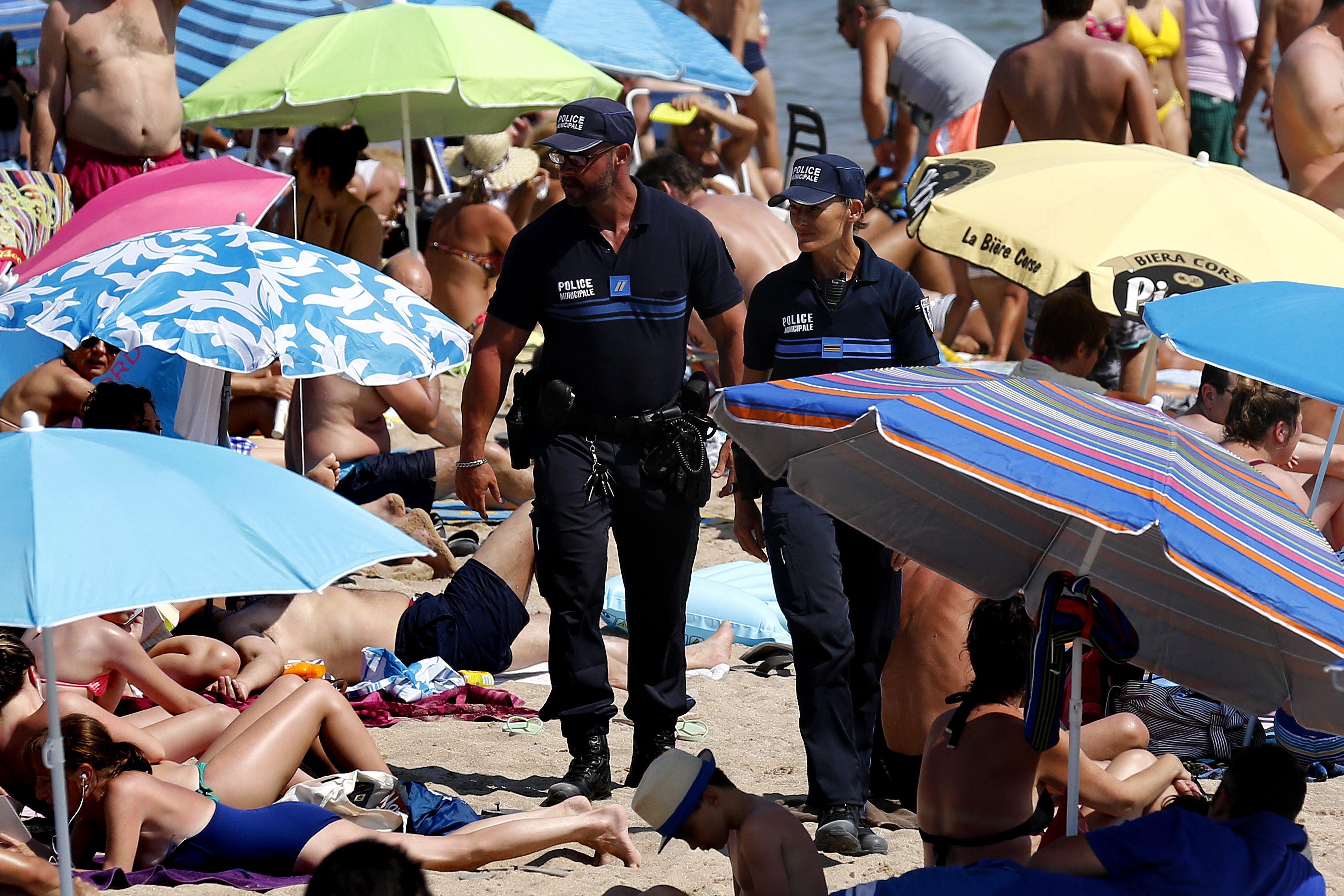 O femeie musulmana, obligata de politisti sa isi dea jos costumul burkini. Scenele surprinse pe plaja, in Nisa
