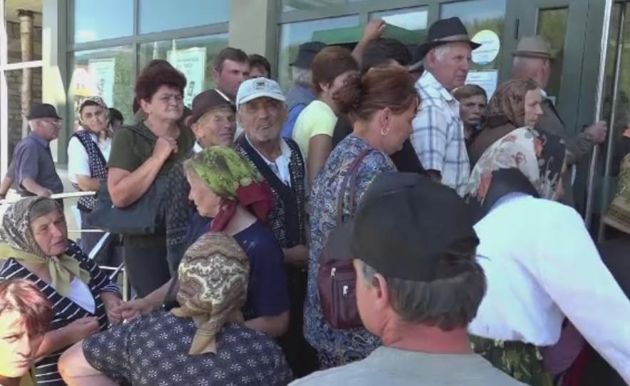 Protest in fata CEC Bank din Zlatna. Oamenii pagubiti de doua surori angajate cer dreptate.