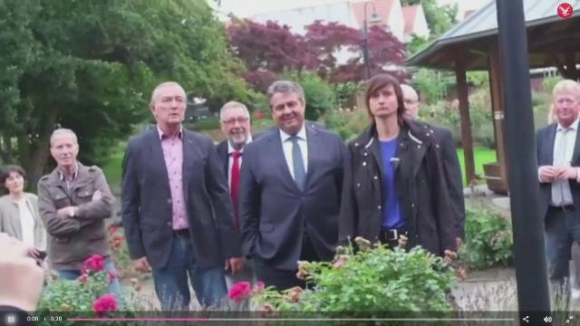 Vicecancelarul german le-a aratat degetul mijlociu unor neo-nazisti. Reactia sincera a politicianului dupa incident