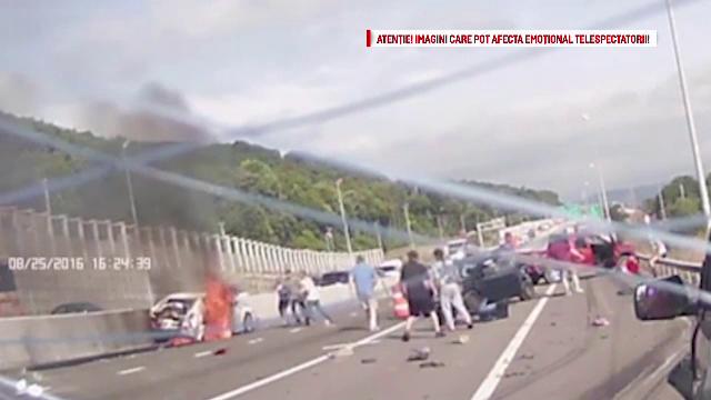 Accident in lant petrecut in SUA. Momentul in care o femeie este scoasa in viata dintr-o masina in flacari