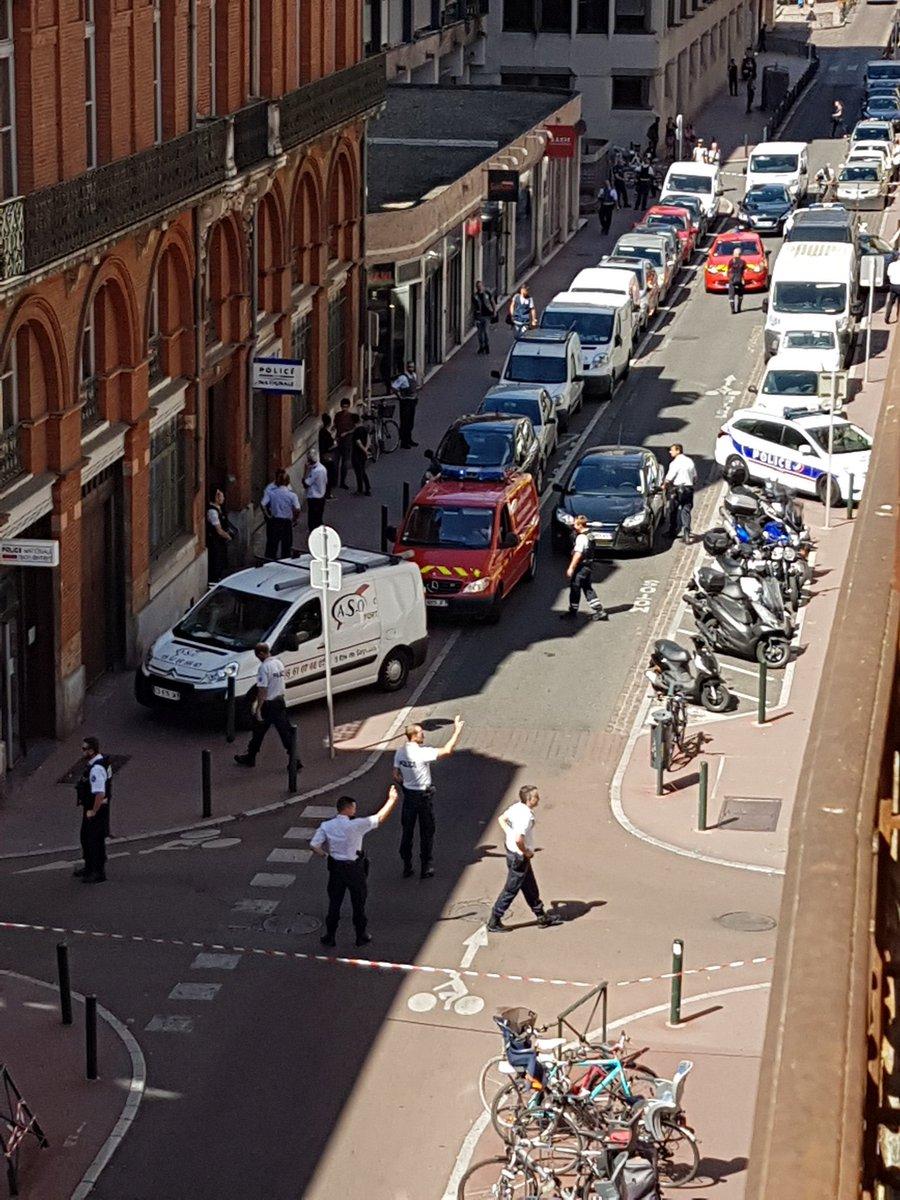 Politista injunghiata in gat intr-o sectie de politie din Toulouse. Motivul pentru care a fost atacata. VIDEO