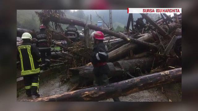 O ploaie torentiala a facut ravagii intr-o comuna din Harghita. Pompierii se lupta de marti seara sa scoata apa din case