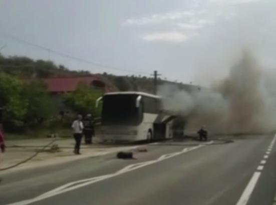 Un autocar a luat foc in mers, in apropiere de Cernavoda. Ce i-au spus pasagerii soferului inainte sa izbucneasca incendiul
