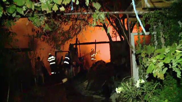 Un incendiu violent, dupa ce mai multe materiale de constructie au luat foc, s-a extins la un garaj si o terasa in Timis