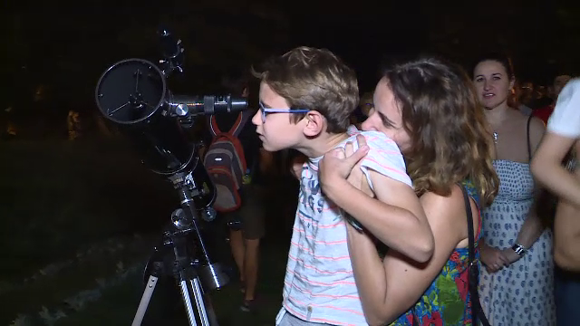 2000 de bucureșteni s-au întâlnit pentru a privi Luna prin telescop