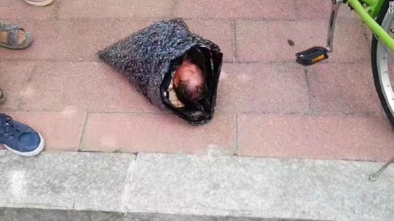 O mamă din China a încercat să-și trimită copilul prin poștă la orfelinat