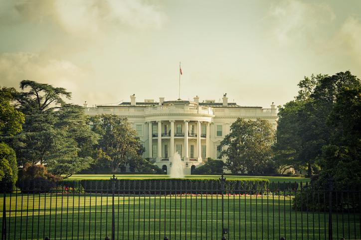Fostul şef de comunicare a lui Trump acuză un complot la Casa Albă.