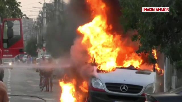 Un microbuz a ars din cauza unei motociclete, la Arad. Cum a fost posibil