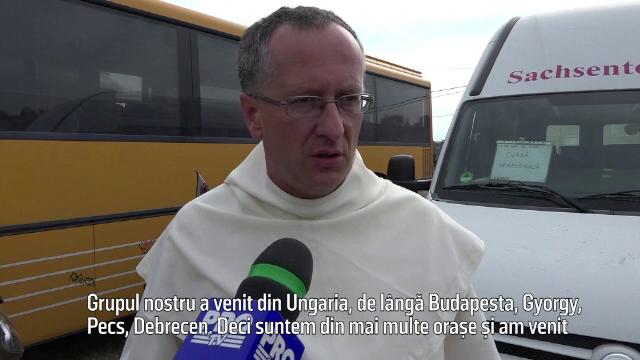 Doi călugări paulini din Ungaria, veniţi pe motociclete la biserica din Cacica