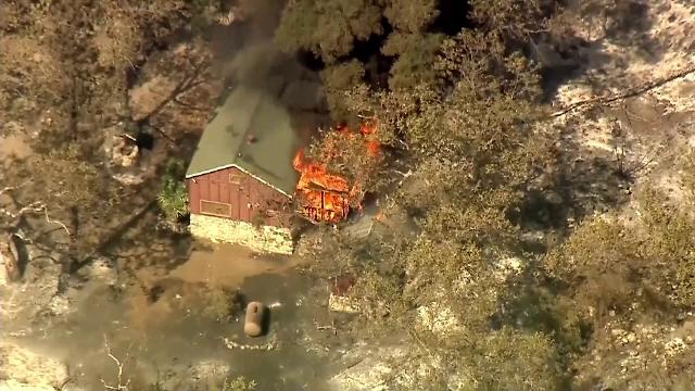 California, mistuită de incendiile de vegetaţie. 9 oameni au murit şi peste 2.000 de case distruse