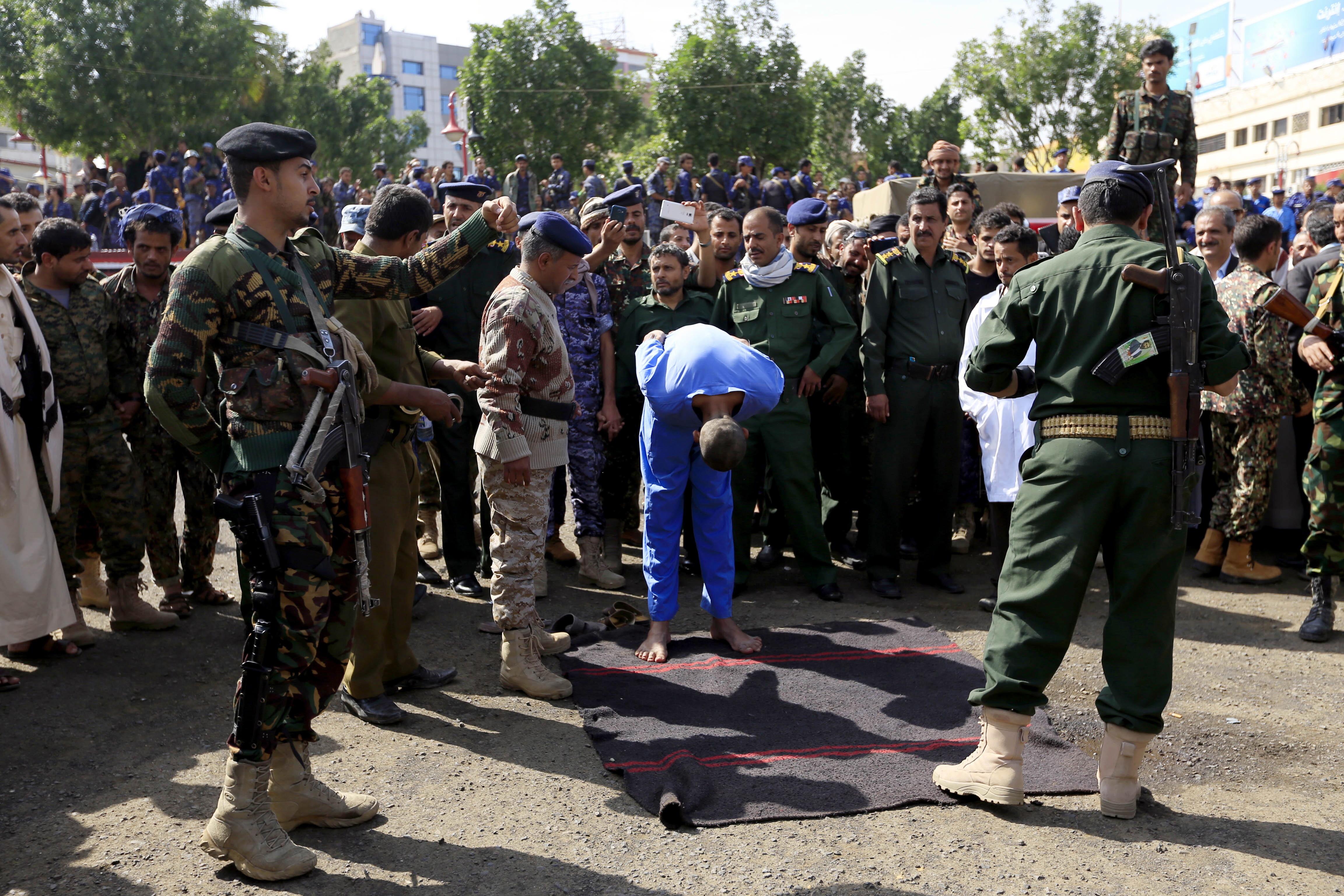 Pedofili împușcați în piața publică apoi spânzurați de o macara, în Yemen. FOTO