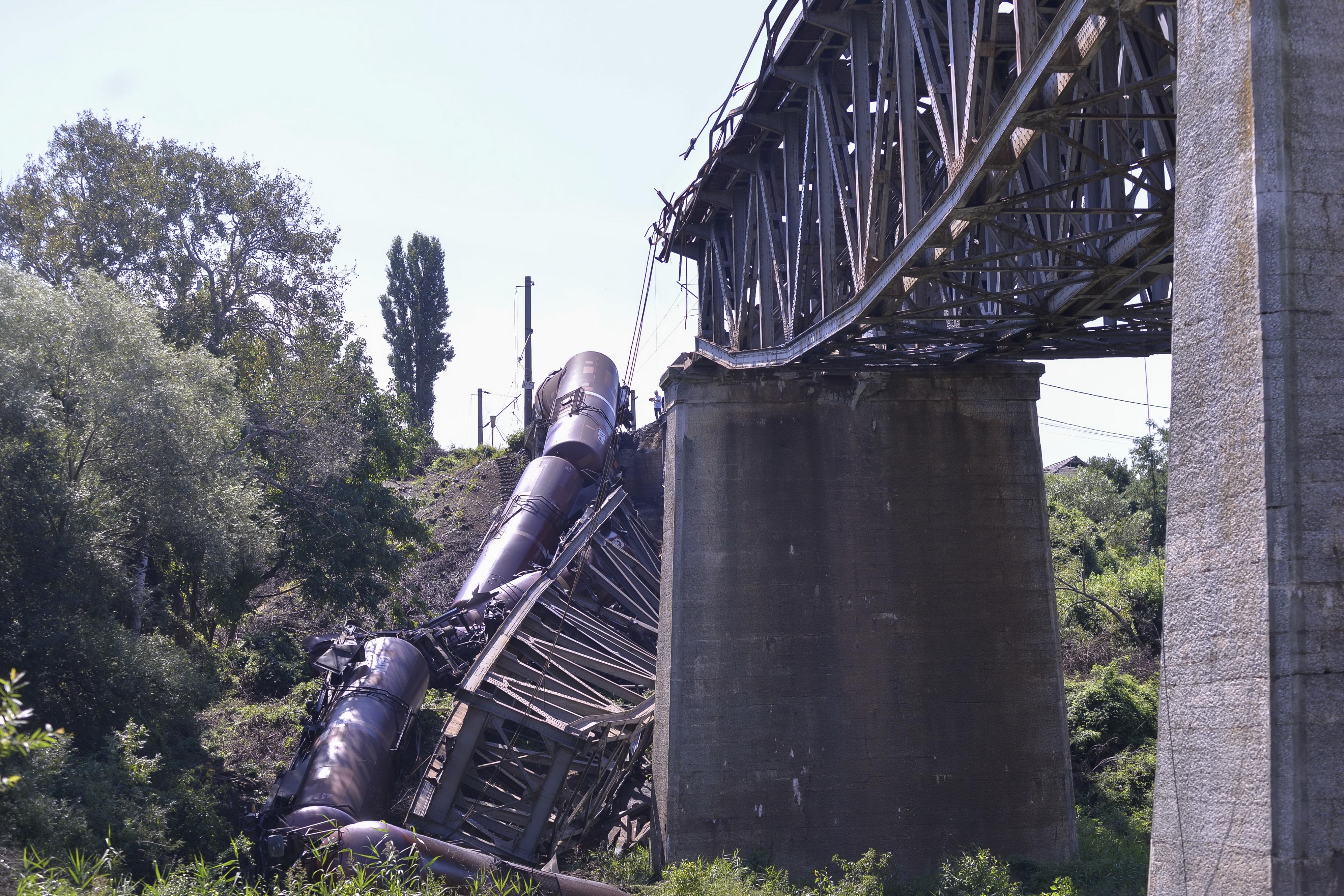 Tren deraiat în Dolj, după ce un mecanic beat a intrat pe un pod în reparații. FOTO și VIDEO
