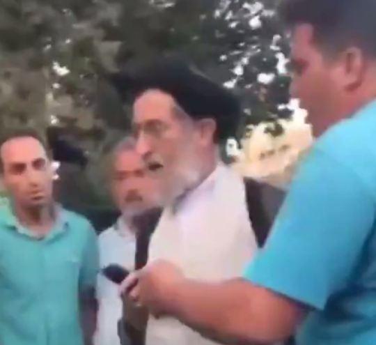Reacția unui cleric musulman, atunci când o femeie își dă jos hijab-ul în fața lui. VIDEO