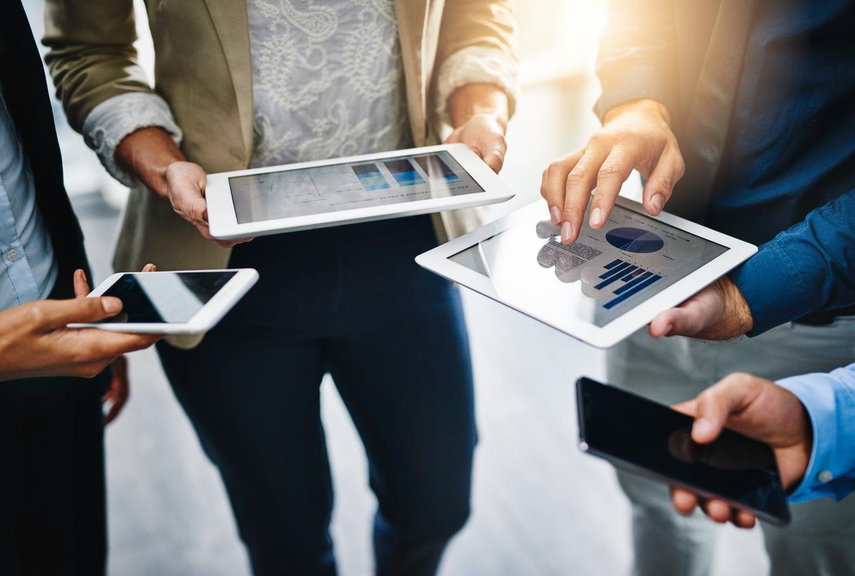 Magazin Apple evacuat, după ce o tabletă a explodat. Trei persoane, rănite