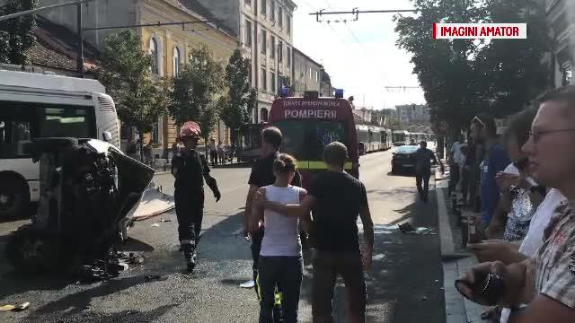 Un şofer a intrat în plin în troleibuz, în centrul Clujului. Ce manevră încerca să facă