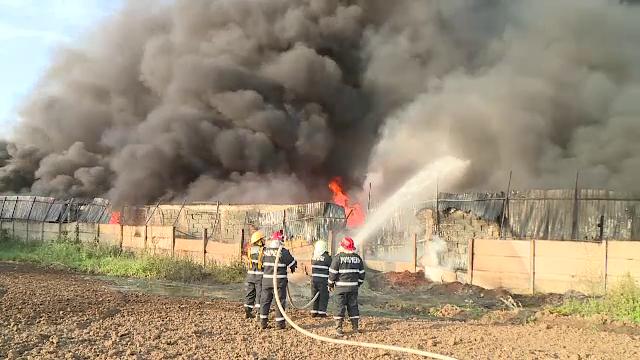 Incendiu violent la o fabrică de mase plastice din oraşul Fierbinţi