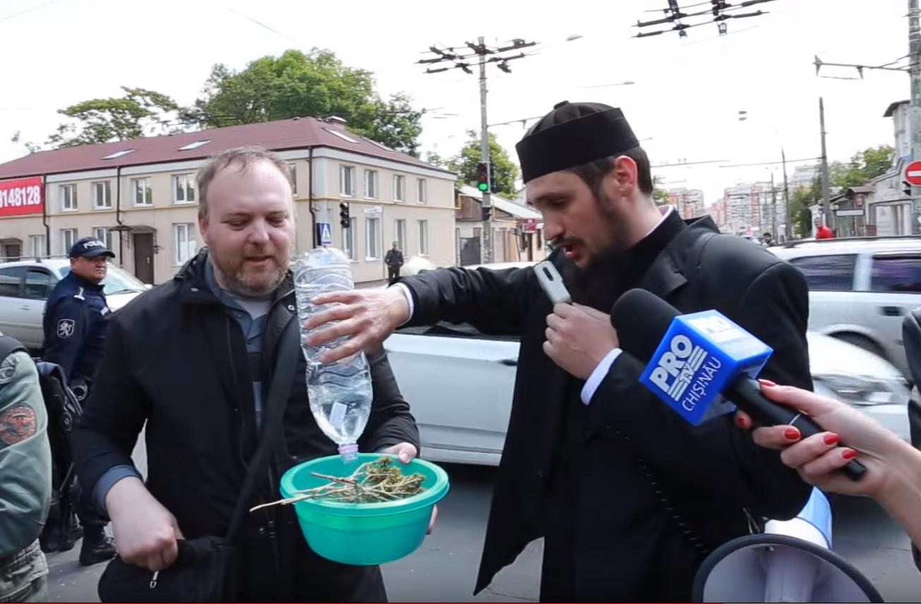 Un preot moldovean a stropit o lesbiană cu agheasmă la TV, ca să