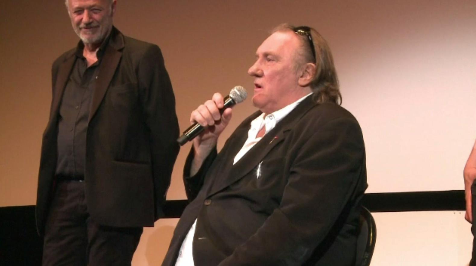 Tânăra care îl acuză pe Gerard Depardieu de viol și agresiune sexuală, o apropiată a actorului