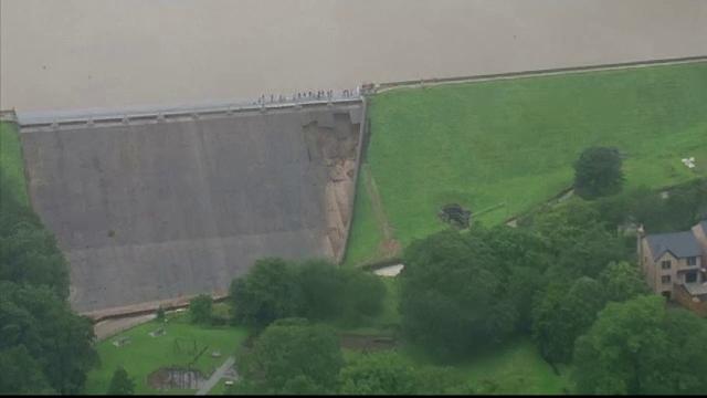 Un oraș din Marea Britanie, evacuat din calea apelor. Ploile au distrus un baraj vechi