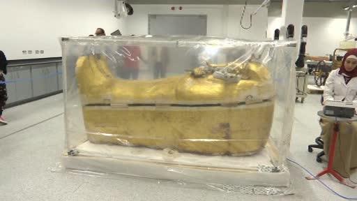 Sarcofagul din lemn aurit al lui Tutankhamon, prezentat înainte să fie restaurat