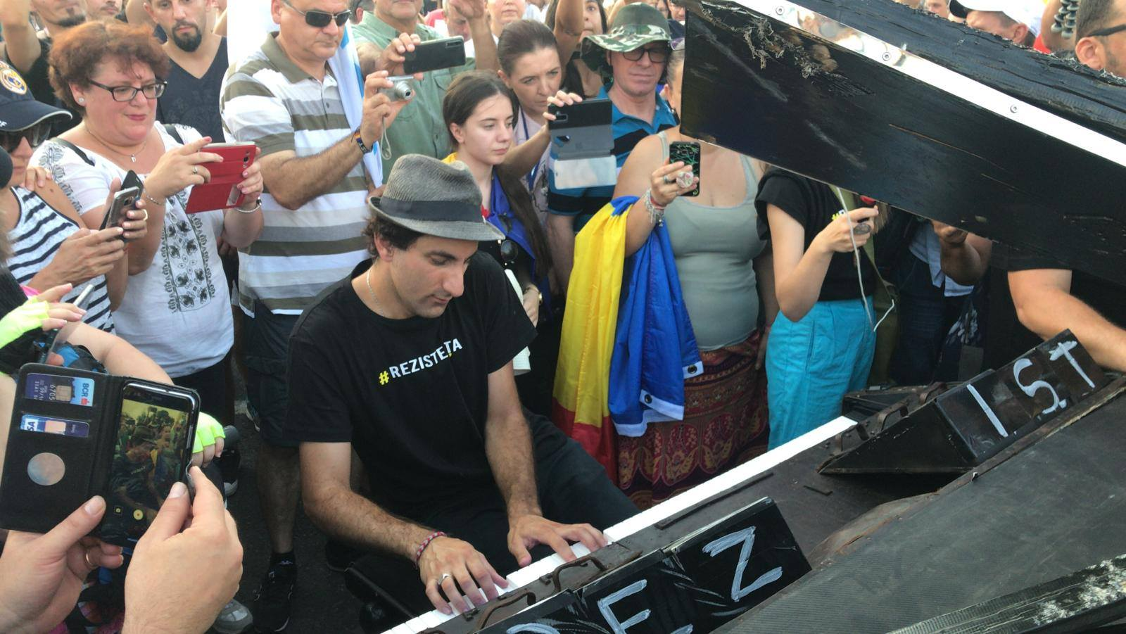 Celebrul pianist Davide Martello a cântat în mijlocul protestatarilor din Piața Victoriei