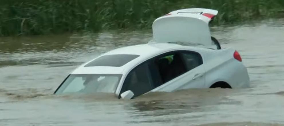 A primit un BMW de ziua lui, dar s-a enervat si l-a aruncat în rau. Ce cadou voia de fapt