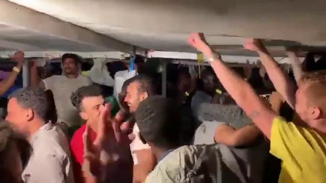S-a sfârșit coșmarul migranţilor aflaţi pe un vas umanitar. Ce se va întâmpla cu refugiații