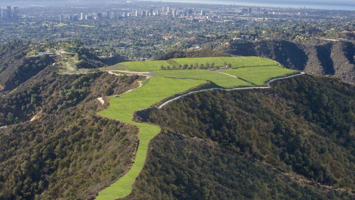Cum s-a vândut cu 100.000 dolari un teren din Beverly Hills pentru care s-a cerut 1 miliard