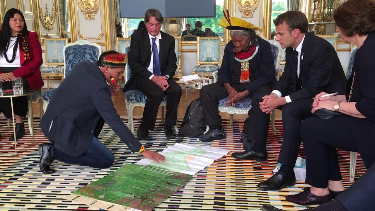 Momentul în care Macron se întâlneşte cu un şef de trib din pădurea amazoniană