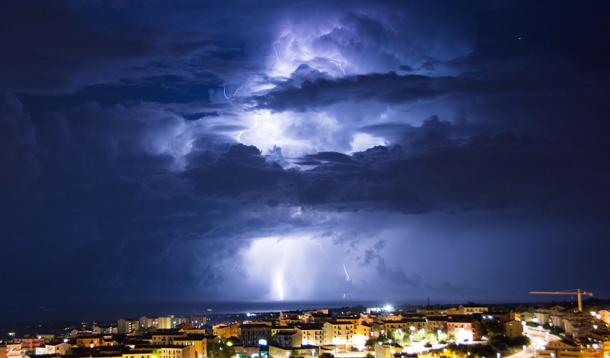 Uraganul Dorian, ridicat la categoria 4, se îndreaptă spre Florida. Furtuna va lovi cu rafale de 113 km/oră