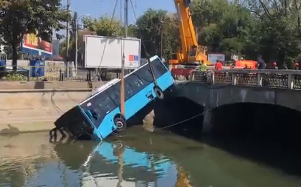Momentul în care autobuzul Otokar a fost scos din Dâmbovița cu o macara. VIDEO
