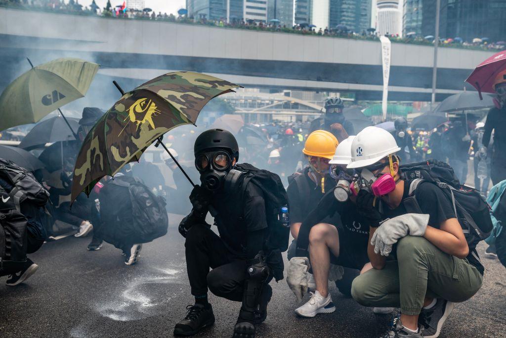 Protest violent în Hong Kong. Poliția a intervenit cu gaze și un tun de apă. VIDEO
