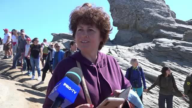 """Răspunsul unei turiste care s-a urcat pe Sfinx pentru un selfie. """"Nu se roade piatra"""""""