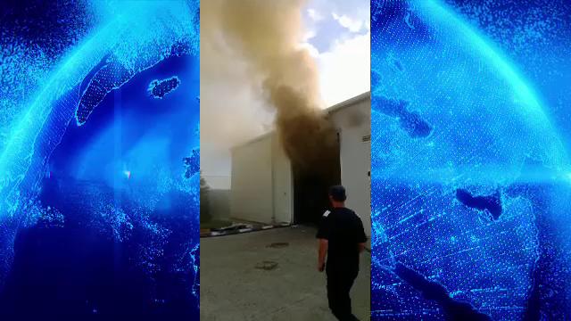 Panică în județul Dâmbovița. Un depozit de mase plastice, cuprins de incendiu