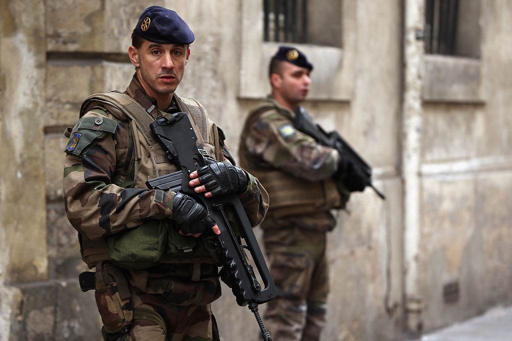 """Un bărbat care amenința trecătorii cu arma și striga """"Allah Akbar"""", împușcat de poliție în Franța"""