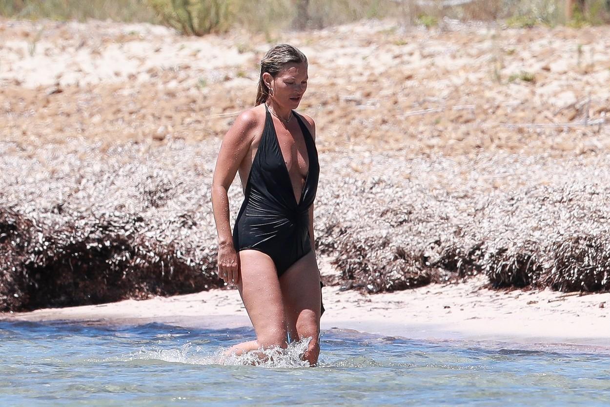 Kate Moss, la plajă în Ibiza alături de fiica ei și de iubitul cu 13 ani mai tânăr. FOTO